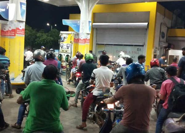 पेट्रोल पंप पर जुटी भीड़