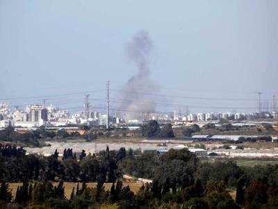 इजरायली शहर एश्केलन में रॉकेट हमलों के बाद उठता धुआं
