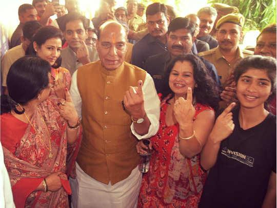 राजनाथ सिंह ने परिवार के साथ डाला वोट