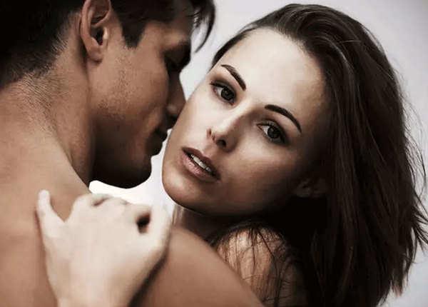 सेंसिटिव स्पॉट्स पर करें किस