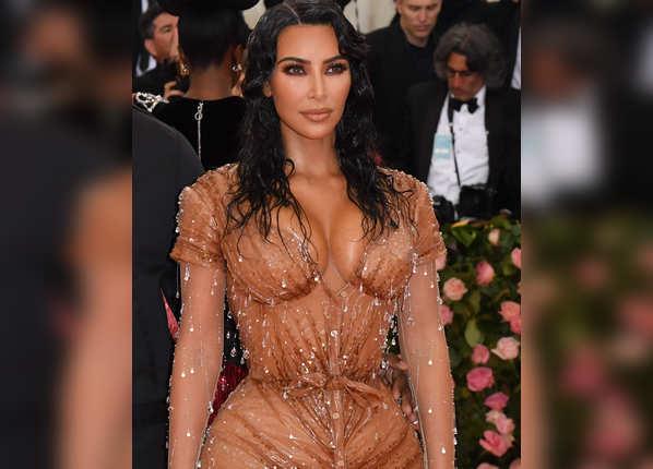 गीली और पानी टपकने वाले ड्रेस में पहुंचीं किम
