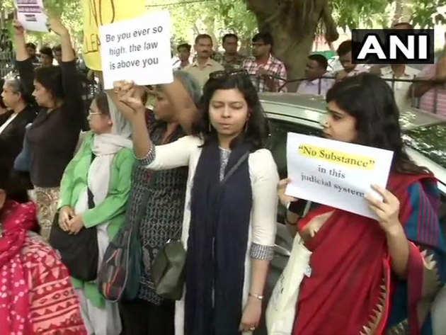 प्रदर्शनकारियों ने फैसले के खिलाफ जताया रोष