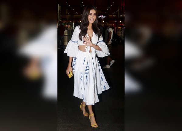 एयरपोर्ट पर खूबसूरत ड्रेस में नजर आईं तारा सुतारिया