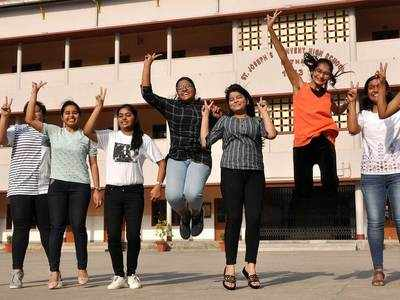 पटना के सेंट जोसफ कॉन्वेंट स्कूल की 10वीं की छात्राएं खुशी जाहिर करती हुईं
