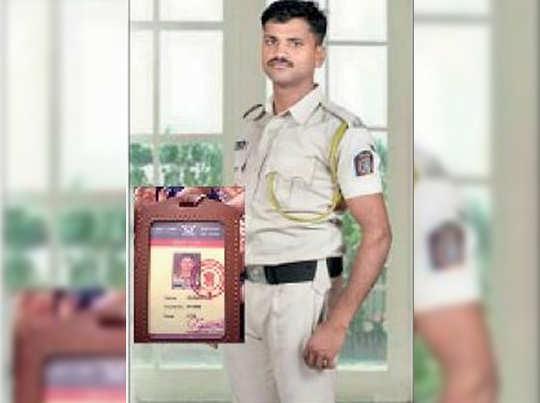आरोपी किरण शिंदे ने पुलिस की वर्दी में तस्वीर क्लिक कराई थी