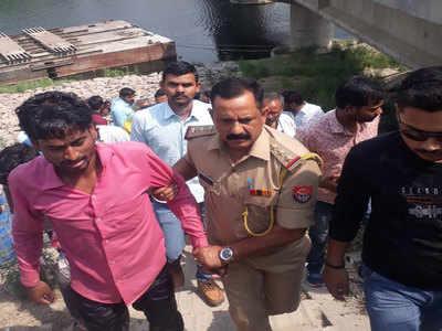 पुलिस अधिकारी ने बचाई जान