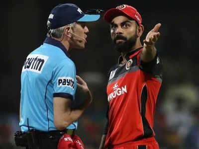 अंपायर लोंग के साथ आरसीबी के कप्तान विराट कोहली