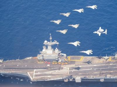 विमानवाहक पोत के ऊपर से फ्लाईपास्ट करते युद्धक विमान