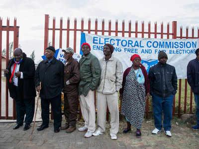 साउथ अफ्रीका में मतदान के लिए जुटे मतदाता