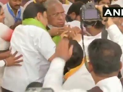 विडियो: ....जब तेलंगाना कांग्रेस के नेताओं ने एक-दूसरे को जमकर पीटा