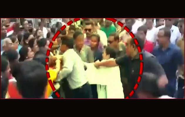 लोकसभा चुनाव: रोड शो के दौरान महिला ने किया ममता बनर्जी पर हमला
