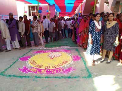 बिहार के महाराजगंज सीट पर वोट देने के लिए लगी लाइन