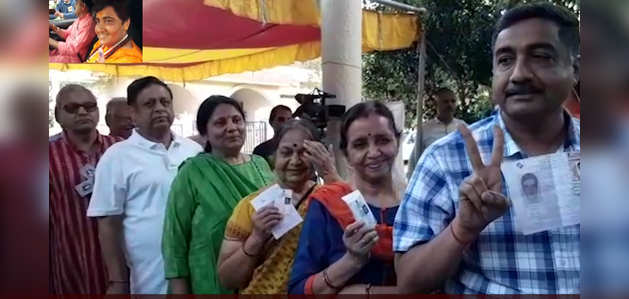 लोकसभा चुनाव 2019: साध्वी प्रज्ञा सिंह ठाकुर ने किया मतदान, पोलिंग बूथ के बाहर वोटरों की लंबी कतार