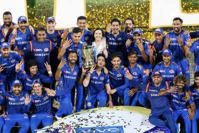 ट्रोफी जीतने के बाद मुंबई इंडियंस टीम