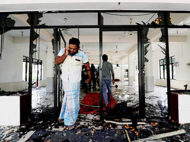 श्री लंका के किनियामा में भीड़ हमले के बाद अबरार मस्जिद से बाहर आता व्यक्ति।