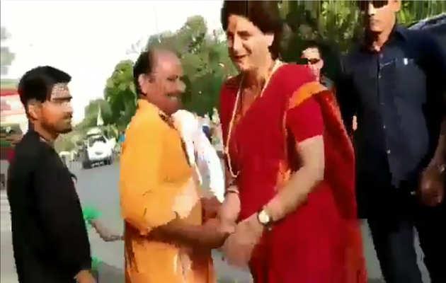 जब गाड़ी रोक कर 'मोदी-मोदी' के नारे लगाने वालों से प्रियंका गांधी ने मिलाया हाथ