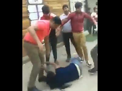 VIDEO: सैलरी मांगने पर महिला को दबंगों ने पटक-पटक कर पीटा