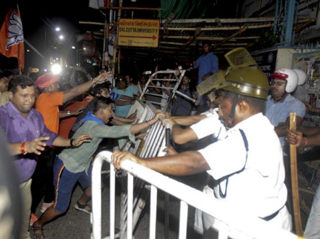 हिंसक भीड़ को रोकती पुलिस