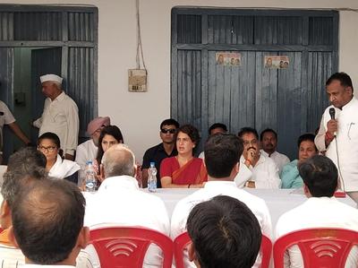 अदिति सिंह के साथ संवाददाता सम्मेलन करतीं प्रियंका गांधी