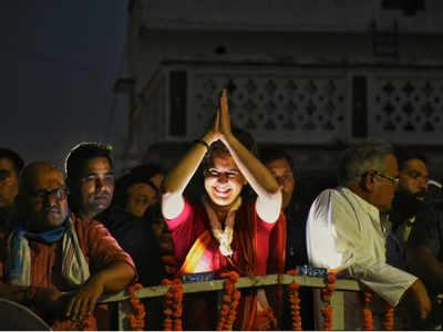 रोड शो में जनता का अभिवादन करते हुए प्रियंका गांधी