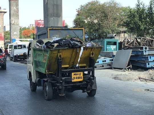 कचरा पसरवणारा ट्रक