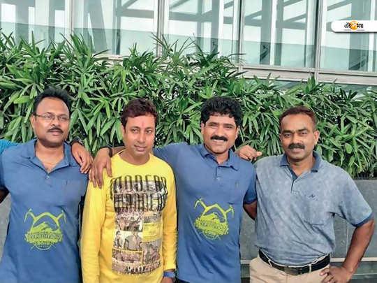 four bengali climbers hosting winning flag in kanchenjunga mountain