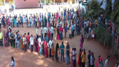वोट देने के लिए लंबी लाइन