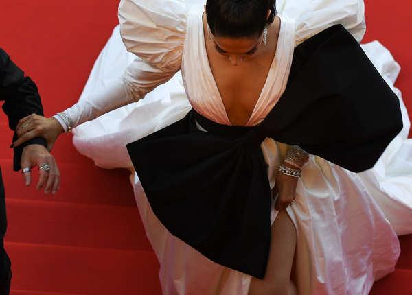 ड्रेस को एक स्पेशल लुक