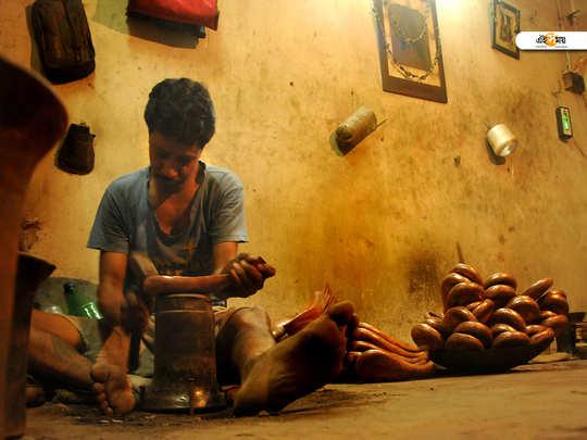 নেই কোনও সুবিধা। হাড়ভাঙা খাটনির মূল্যও পান না কাঁসারিপাড়ার কাঁসা শিল্পের সঙ্গে যুক্তরা-শুভ্রদীপ রায়