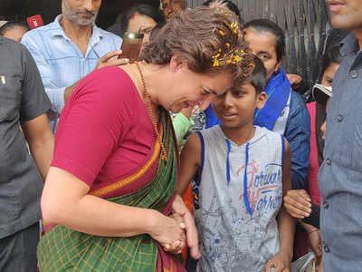 कुशीनगर में प्रियंका गांधी ने किया रोड शो
