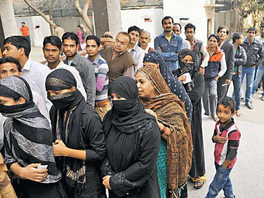 वोट के लिए लाइन में खड़ी महिलाएं