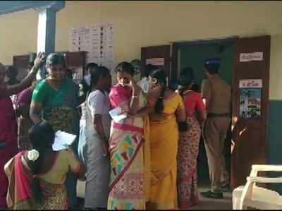 तमिलनाडु के सुलुर में वोटिंग के लिए लाइन में खड़े मतदाता