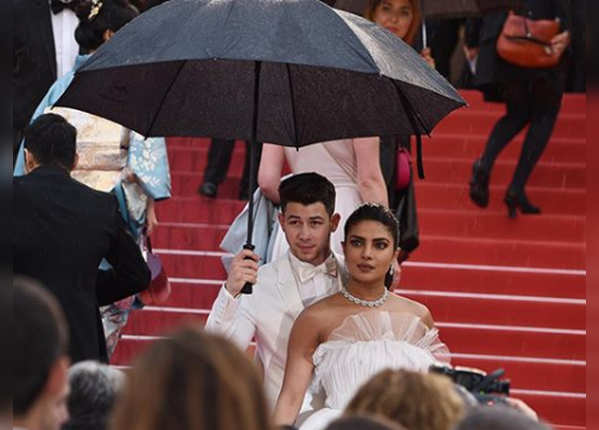 बीवी के लिए छाता तक पकड़ लिया निक ने