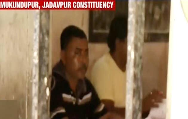 लोकसभा चुनाव 2019: पश्चिम बंगाल के जाधवपुर में चुनाव में गड़बड़ी, कैमरे में कैद हुई तस्वीरें