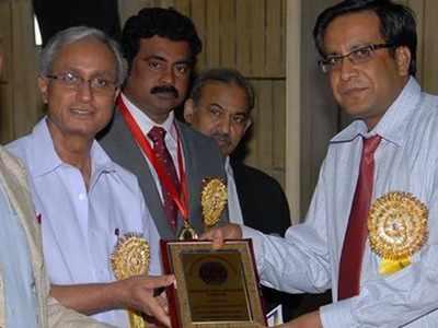 तस्वीर में बाएं हरिकेश बहादुर (फाइल फोटो)
