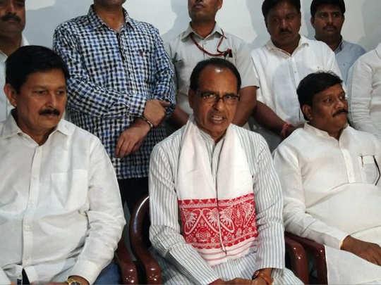 इंदौर में मीडिया से बात करते शिवराज सिंह चौहान