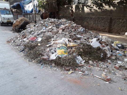 मातीच्या ढिगार्यावर कचर्याची दुर्गंधी.
