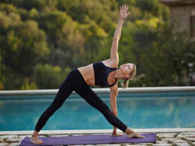 त्रिकोणासन से मजबूत बनाएं मांसपेशियां