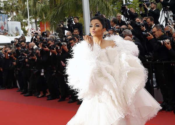 वाइट ड्रेस के साथ वाइट हील सैंडल