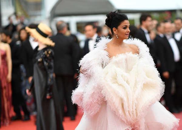 सफेद ड्रेस के साथ फेदर केप