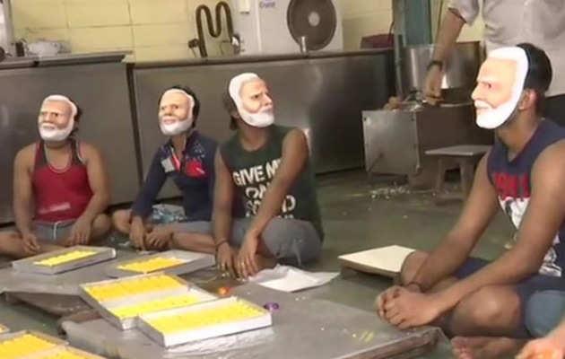 मुंबई: चुनाव परिणाम के लिए तैयारी जोरों पर, मोदी मास्क पहन बनाई जा रही मिठाई