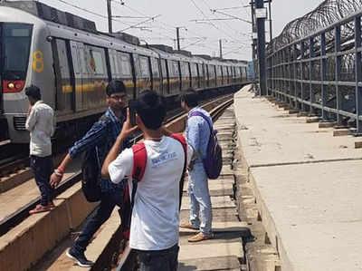 दिल्ली मेट्रो: यलो लाइन पर तकनीकी समस्या, ट्रैक पर चलकर यात्री पहुंचे स्टेशन