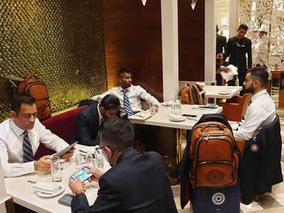 एयरपोर्ट पर इंतजार करते टीम इंडिया के खिलाड़ी (तस्वीर: ट्विटर से)