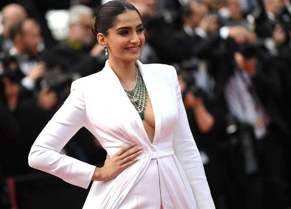 Cannes के रेड कार्पेट पर जब बोल्ड हुईं सोनम कपूर