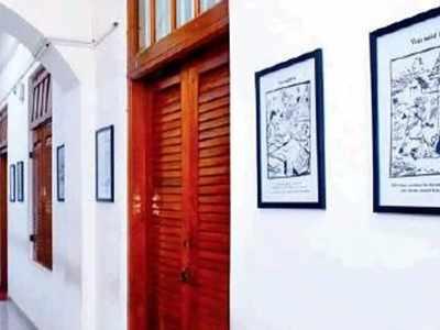 दीवारों पर मशहूर कार्टूनिस्ट आरके लक्ष्मण के कार्टून फ्रेम करके लगाए गए हैं