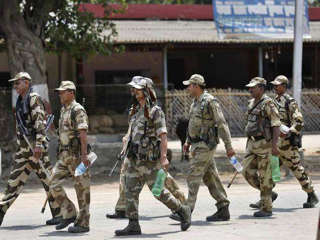 प्रयागराज में एक काउंटिंग सेंटर की सुरक्षा में तैनात अर्धसैनिक बल के जवान