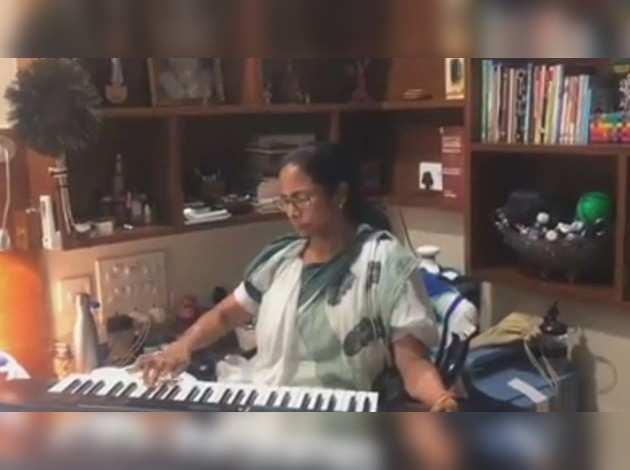 लोकसभा चुनाव 2019: काउंटिंग से पहले ममता बनर्जी ने शेयर किया हारमोनियम बजाते हुए विडियो
