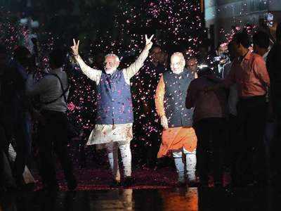 उंगलियों से जीत का संकेत देते पीएम मोदी।