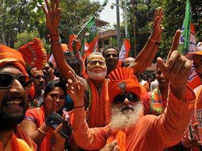 बीजेपी को मिली प्रचंड जीत का जश्न मनाते समर्थक