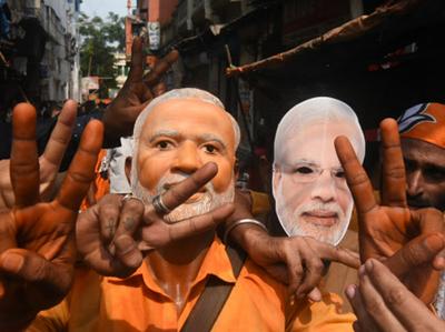 चुनाव में जीत के बाद जश्न मनाते बीजेपी कार्यकर्ता